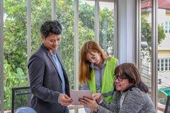 Η ομάδα εφαρμοσμένης μηχανικής προγραμματίζει ένα γεγονός με τη χαρά Μηχανικοί ομάδας που συζητούν την εργασία στην αίθουσα συνεδ στοκ εικόνα με δικαίωμα ελεύθερης χρήσης