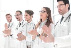 Η ομάδα επιτυχών γιατρών επιδοκιμάζει στοκ εικόνες με δικαίωμα ελεύθερης χρήσης