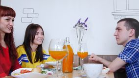 Η ομάδα φίλων που κάθονται σε έναν καφέ και συζητά κάτι απόθεμα βίντεο