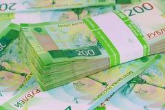 Η δέσμη Dvuhmatchevyh των τραπεζογραμματίων στην τραπεζική συσκευασία άλλων ψεμάτων ξετύλιξε τους λογαριασμούς στοκ φωτογραφίες