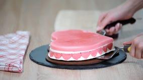 Η διαδικασία το κέικ με μορφή καρδιάς Βαθμιαία ζαχαροπλάστης που κατασκευάζει ένα κέικ απόθεμα βίντεο