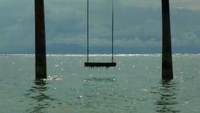 Η όμορφη άποψη της οργάνωσης ταλάντευσης στο θαλάσσιο νερό στην παραλία νησιών Gili Lombok στην Ινδονησία στις καλοκαιρινές διακο απόθεμα βίντεο