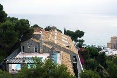 Η όμορφη βίλα ενάντια στο σκηνικό της Μεσογείου είναι βυθισμένα την άνοιξη λουλούδια Μάλαγα, στοκ φωτογραφίες με δικαίωμα ελεύθερης χρήσης