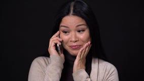 Η όμορφη γυναίκα παρουσιάζει διαφορετική συγκίνηση μιλώντας το τηλέφωνο φιλμ μικρού μήκους