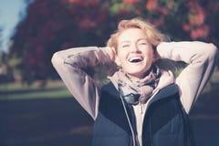 Η όμορφη ξανθή νέα γυναίκα γελά στοκ εικόνες
