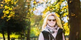 Η όμορφη ξανθή νέα γυναίκα χαμογελά στοκ φωτογραφίες
