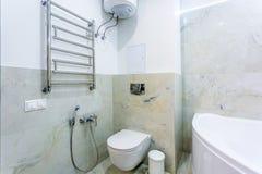 Η τουαλέτα και η λεπτομέρεια ενός μπιντέ ντους γωνιών με τους διανομείς σαπουνιών και σαμπουάν στον τοίχο τοποθετούν τη σύνδεση ν στοκ φωτογραφία με δικαίωμα ελεύθερης χρήσης