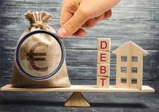 Η τσάντα χρημάτων και οι ξύλινοι φραγμοί με το χρέος λέξης και μια μικρογραφία στεγάζουν στις κλίμακες Πληρωμή του χρέους για την στοκ εικόνες