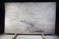 Η φυσική πέτρα του ελαφριού χρώματος με τις ραβδώσεις σε ένα μαύρο υπόβαθρο καλείται συγκρότημα Αγίου στοκ φωτογραφία με δικαίωμα ελεύθερης χρήσης