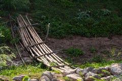 Η παλαιά γέφυρα μπαμπού διασχίζει το ξηρό κανάλι στοκ φωτογραφία με δικαίωμα ελεύθερης χρήσης