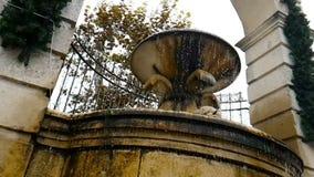 Η παλαιά πηγή σε $matera με το νερό που πέφτει κάτω και οι πτώσεις αναπηδούν, ιστορικό μνημείο και απόθεμα βίντεο