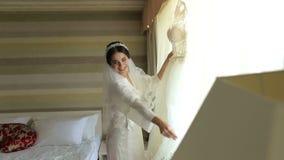 Η πανέμορφη νύφη στο φόρεμα πολυτέλειας παίρνει έτοιμη για το γάμο απόθεμα βίντεο