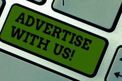 Η παρουσίαση σημαδιών κειμένων διαφημίζει με μας Το εννοιολογικό μάρκετινγκ φωτογραφιών γνωστοποιεί την υπηρεσία προϊόντων στη δι στοκ εικόνες με δικαίωμα ελεύθερης χρήσης
