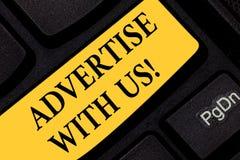 Η παρουσίαση σημαδιών κειμένων διαφημίζει με μας Το εννοιολογικό μάρκετινγκ φωτογραφιών γνωστοποιεί την υπηρεσία προϊόντων στη δι στοκ εικόνα