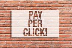 Η παρουσίαση σημαδιών κειμένων πληρώνει ανά κρότο Εννοιολογική φωτογραφία Διαδίκτυο που διαφημίζει τον πρότυπο τουβλότοιχο εμπορι στοκ εικόνες