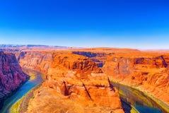 Η πεταλοειδής κάμψη είναι ένας horseshoe-shaped χαραγμένος μαίανδρος του ποταμού του Κολοράντο στοκ εικόνες με δικαίωμα ελεύθερης χρήσης