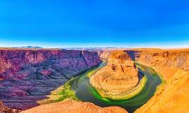Η πεταλοειδής κάμψη είναι ένας horseshoe-shaped χαραγμένος μαίανδρος του ποταμού του Κολοράντο στοκ εικόνες