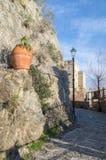 Η πορεία που οδηγεί στον πύργο αυγής σε Monterosso στοκ εικόνα με δικαίωμα ελεύθερης χρήσης