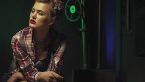 Η προκλητική καρφίτσα επάνω στο κορίτσι με το αναδρομικό hairstyle και τα εκλεκτής ποιότητας ενδύματα κάθεται και κρατά ένα γαλλι απόθεμα βίντεο