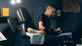 Η πρόσθεση χεριών με μια δερματοστιξία παίρνει απορριμμένη από ένα άτομο στο στούντιο απόθεμα βίντεο