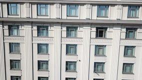 Η πρόσοψη του κτηρίου με τα παράθυρα απόθεμα βίντεο