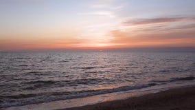 Η πυράκτωση στον ουρανό από τον ήλιο ρύθμισης Η αρχή του λυκόφατος βραδιού απόθεμα βίντεο