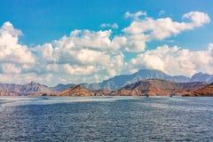 Θάλασσα και δύσκολες ακτές στα φιορδ του Κόλπου του Ομάν, πανοραμική άποψη στοκ εικόνα με δικαίωμα ελεύθερης χρήσης