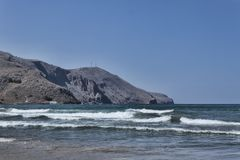 Θάλασσα με τα μικρά κύματα στο υπόβαθρο των βουνών στοκ εικόνες