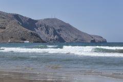 Θάλασσα με τα μικρά κύματα στο υπόβαθρο των βουνών στοκ φωτογραφία με δικαίωμα ελεύθερης χρήσης
