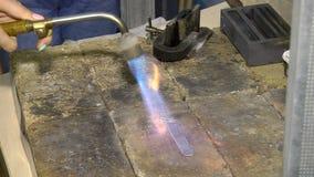 Θέρμανση ενός ασημένιου καταλύματος με έναν καυστήρα αερίου απόθεμα βίντεο