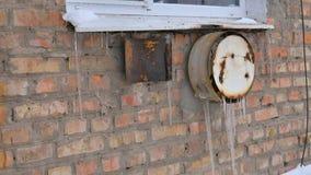 Θέρμανση ιδιωτικών κατοικιών Παλαιός και σκουριασμένος λέβητας αερίου το χειμώνα Παγάκια απόθεμα βίντεο