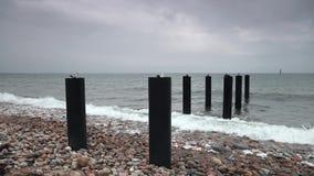 Θέσεις αποβαθρών στον ωκεανό τη θυελλώδη ημέρα απόθεμα βίντεο