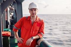 Θαλάσσιος κύριος ανώτερος υπάλληλος ή κύριος σύντροφος στο κατάστρωμα του πλοίου ή του σκάφους στοκ φωτογραφίες