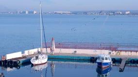 Θαλάσσιος λιμένας με τις βάρκες που σταθμεύουν στο νερό απόθεμα βίντεο