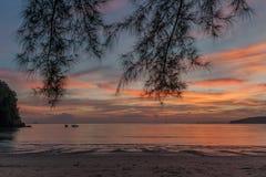 Θαυμάσιο ηλιοβασίλεμα στην παραλία AO Nang στην επαρχία Krabi, Ταϊλάνδη στοκ φωτογραφία
