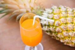 Θερινό πορτοκάλι και γυαλί χυμού ανανά και φρέσκα τροπικά φρούτα ανανά στοκ εικόνες