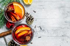 Θερμαμένο κρασί με τα καρυκεύματα και τις πορτοκαλιές φέτες στοκ εικόνα
