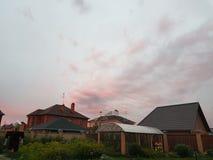 Θερμό θερινό ηλιοβασίλεμα στο χωριό στοκ εικόνα με δικαίωμα ελεύθερης χρήσης
