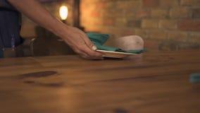 Θηλυκά χέρια του εξυπηρετώντας πίνακα γευμάτων σερβιτορών για την ημερομηνία βραδιού στο ρομαντικό εστιατόριο Σερβιτόρα που προετ απόθεμα βίντεο