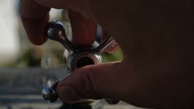 Θηλυκά χέρια που ανοίγουν μια μεταλλική στρόφιγγα σε έναν κήπο το καλοκαίρι σε σε αργή κίνηση απόθεμα βίντεο