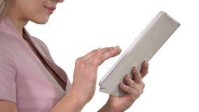 Θηλυκά χέρια που χρησιμοποιούν την ταμπλέτα στο άσπρο υπόβαθρο απόθεμα βίντεο