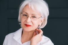 Θηλυκή ανώτερη κομψότητα εμπιστοσύνης πορτρέτου ομορφιάς στοκ φωτογραφία με δικαίωμα ελεύθερης χρήσης
