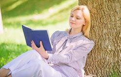 Θηλυκή μόνη βελτίωση Το άπαχο κρέας κοριτσιών στο δέντρο ενώ χαλαρώστε στο πάρκο κάθεται τη χλόη Μόνο βιβλίο βελτίωσης Μόνη βελτί στοκ φωτογραφίες με δικαίωμα ελεύθερης χρήσης