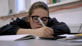 Θηλυκή διάλεξη γραψίματος Σχολική έννοια MEDIA Εκπαίδευση κινηματογραφίας Graduator παίρνει τρυπημενός κατά τη διάρκεια της διάλε φιλμ μικρού μήκους