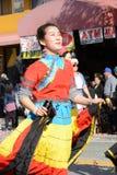 Θηλυκός ταϊλανδικός εκτελεστής στο ζωηρόχρωμο φόρεμα στη χρυσή παρέλαση δράκων, που γιορτάζει το κινεζικό νέο έτος στοκ εικόνα με δικαίωμα ελεύθερης χρήσης