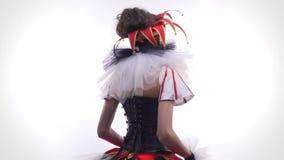Θηλυκός jester με το άσπρα και μαύρα χρώμα προσώπου και τα ενδύματα, περιστροφή απόθεμα βίντεο