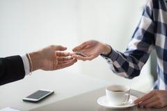 Θηλυκό realtor ιδιοκτητών που δίνει τα κλειδιά στον αρσενικό πελάτη ή στο μισθωτή στοκ εικόνα