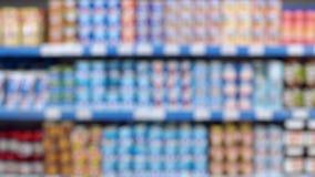 Θολωμένη περίληψη υπεραγορά με τα διάφορα προϊόντα στα ράφια φιλμ μικρού μήκους