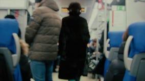 Θολωμένος η άποψη Unrecognizable άνθρωποι Μια νέα γυναίκα περπατά κατά μήκος μιας μεταφοράς τραίνων Με την ηχητική λωρίδα απόθεμα βίντεο