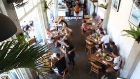 Θολωμένο υπόβαθρο των ανθρώπων στον καφέ στο ύφος σοφιτών απόθεμα βίντεο